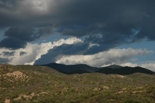 Stormy_clouds_over_Santa_Fe_New_Mexico_photo